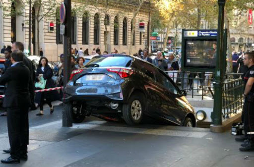 "Faits divers : ""Une voiture dans la bouche du métro de Paris"" y otras curiosidades de la vida en Francia (24-28septiembre)"